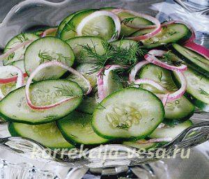 Огуречный салат с добавлением репчатого лука и свежего укропа