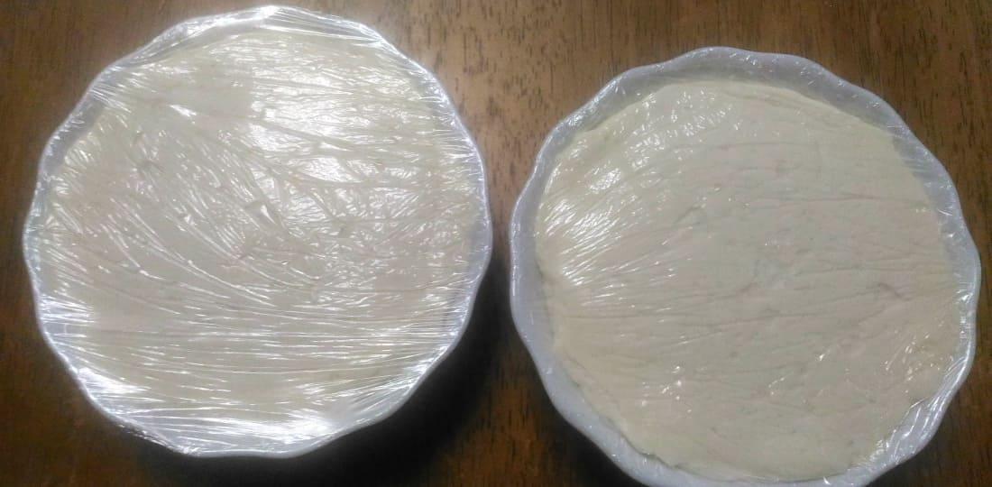 Закрываем сыр из творога пищевой пленкой