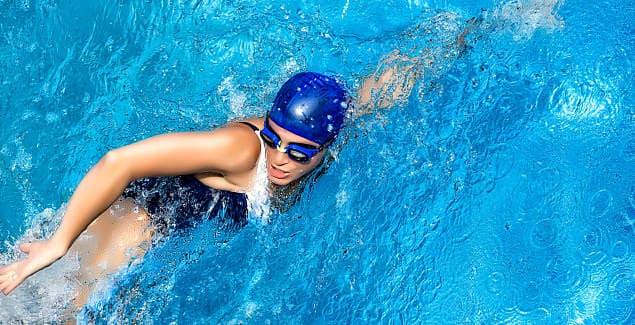 Во время плавания накачиваются мышцы, укрепляются кости, организм закаляется